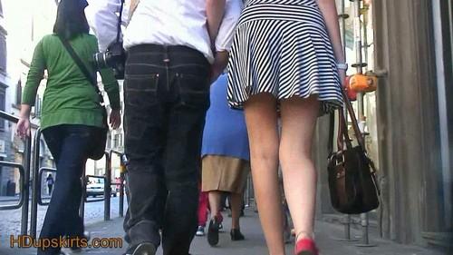 Britany lanza los pulgares de la falda