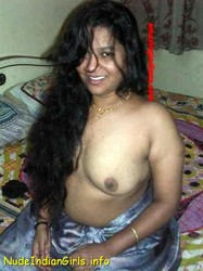 Sexy Aunty Removing her Blouse & Showing Boobs Pics