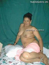 Hot Mallu Aunty goes Completly Nude Pics